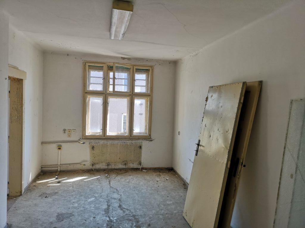 Ukázka stavu vybydleného interiéru nemovitosti, kterou jsme také ochotni vykoupit.