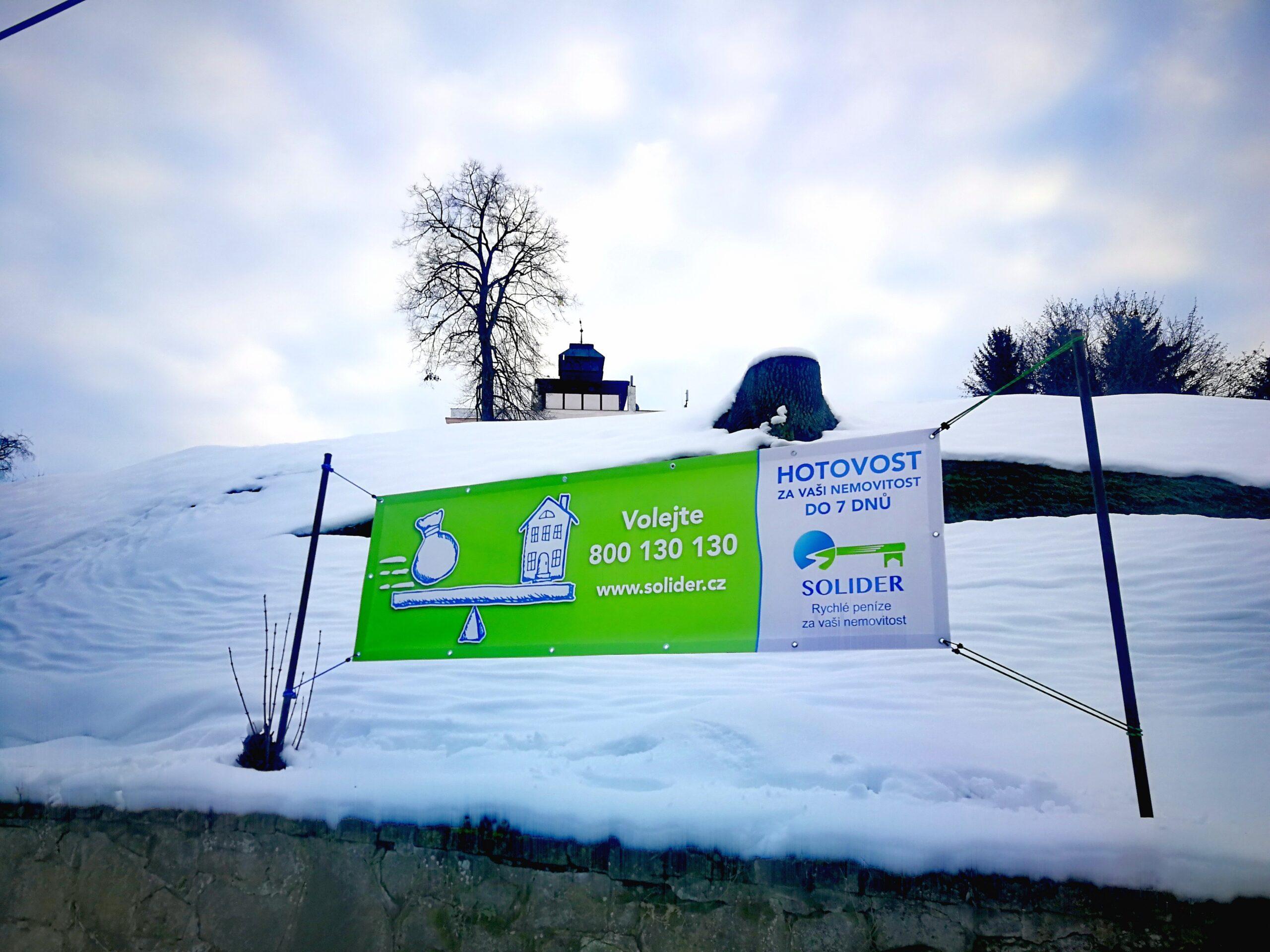 Reklamní banner na zasněženém kopci