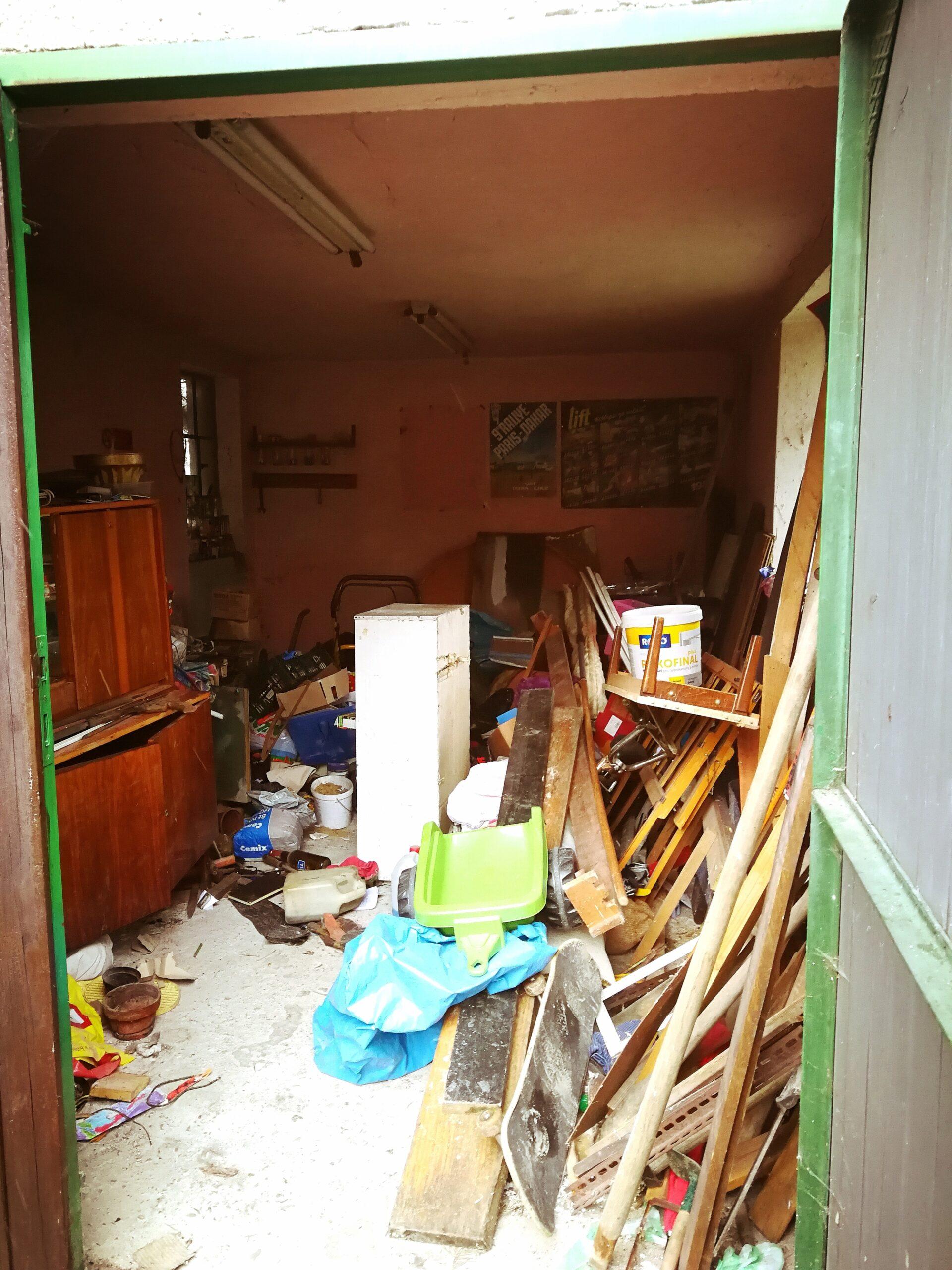 Nepořádek v jedné z vykoupených nemovitostí. I takovouto nemovitost od Vás vykoupíme.