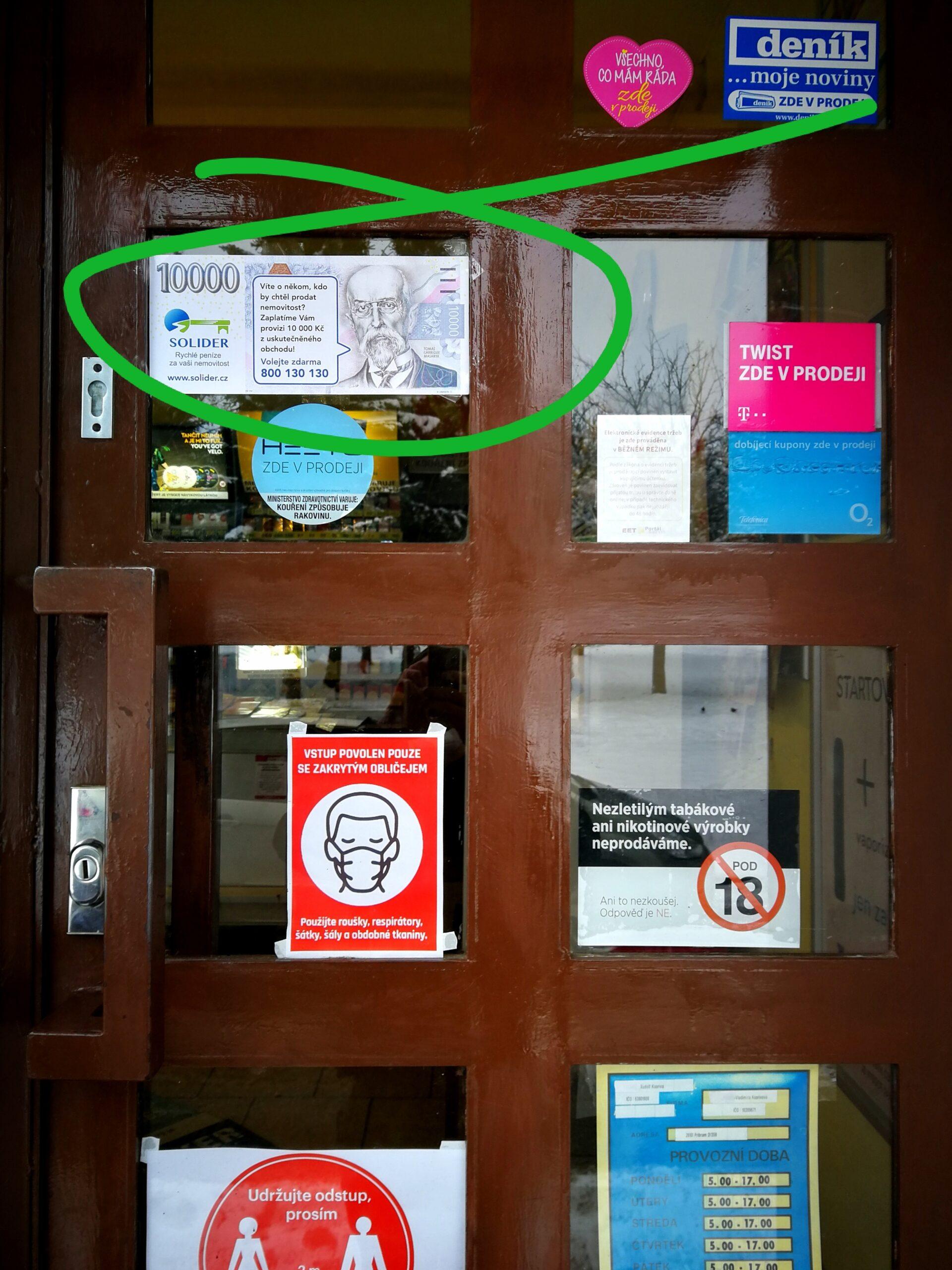 Propagační bankovka umístěná na vchodových dveřích